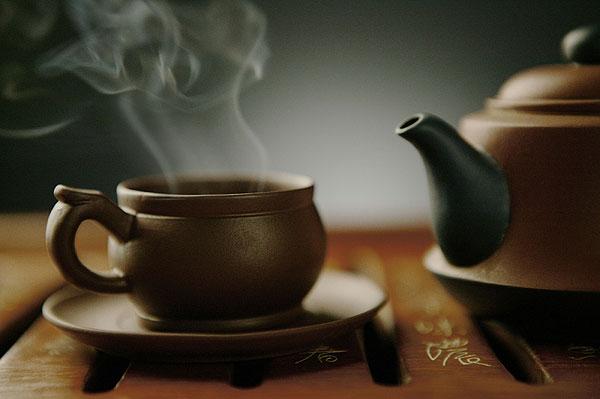中国的茶壶和茶杯中的热茶