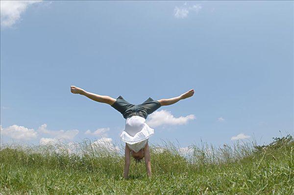 女孩做倒立 全景图片
