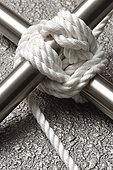 标题:用绳子绑在柱子