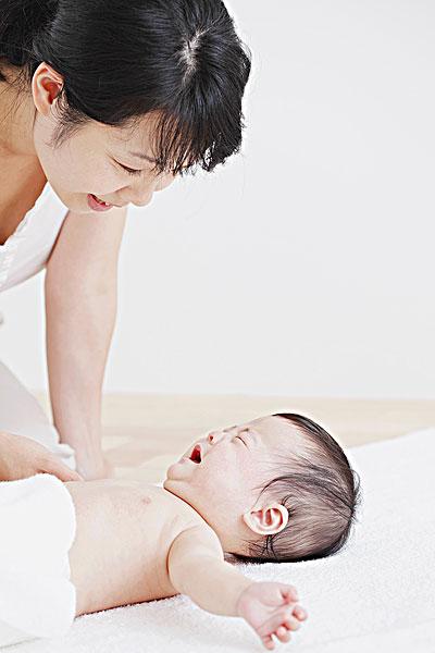 母亲和婴儿的女孩哭了