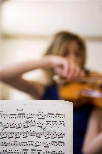 乐谱,小提琴,前景,女青年,演奏,背景