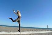 女人,跳躍,托雷莫裏諾斯,海灘,馬拉加省,安達盧西亞,西班牙