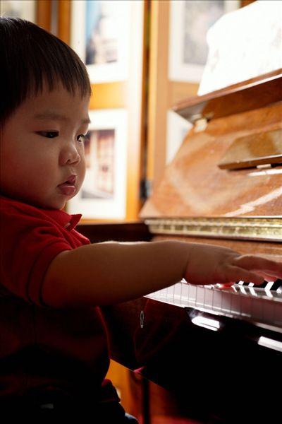 小孩弹钢琴_读图时代