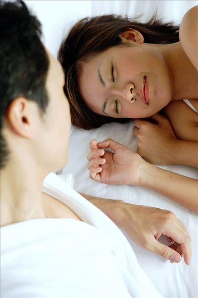 男人看女人睡觉