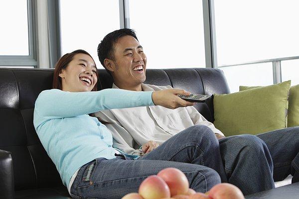我喜欢分 享 标题: 标签: 年轻,情侣,看电视,笑 描述: young couple