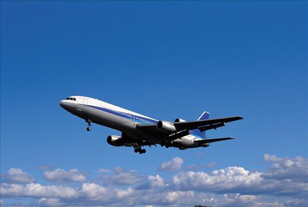 我喜欢分 享 标题: 标签: 飞机,蓝天,仰视,侧面,城市,大阪,日本 描述
