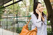 女人,交谈,手机,公交车站