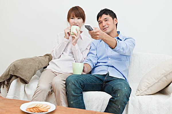 情侣,喝咖啡,看电视