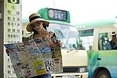 女青年,读,报纸,公交车站