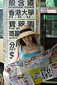 女青年,读,报纸,公交车站,微笑