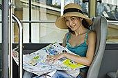肖像,年轻,女人,坐,巴士,拿着,城市地图