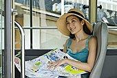 女青年,坐,旅游巴士,拿着,城市地图