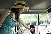女青年,拿着,卡,正面,自动,收集,旅游巴士