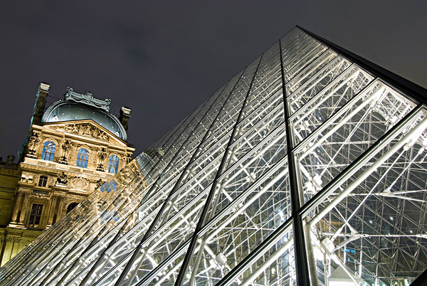 玻璃金字塔,卢浮宫,黄昏-全景图片-读图时代