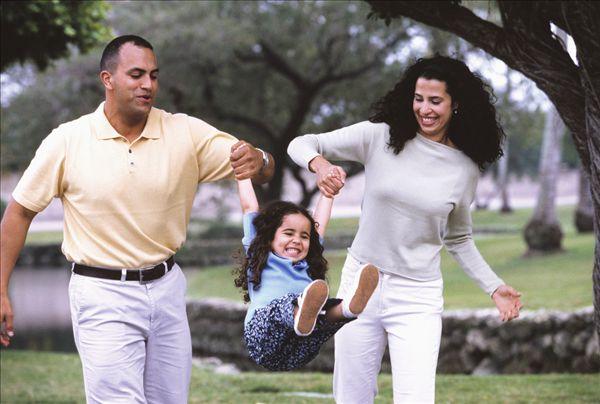 西班牙裔,父母,晃动,女儿,手,户外