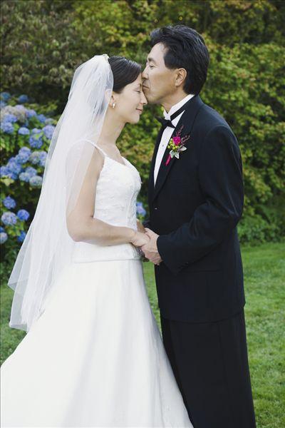 亚洲新郎亲吻新娘的额头图片 -亚洲人,新郎,吻,额头