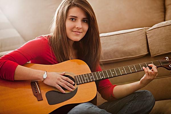 高加索女人弹吉他