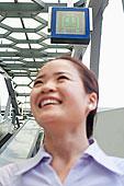 面带微笑的中国商人在地铁