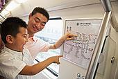 中国人,父子,读,地铁线路图