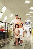 中国人,家庭,站立,地铁站