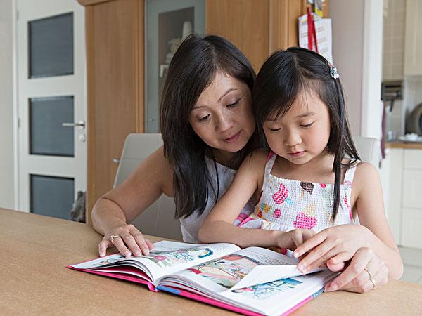 父母和孩子一起看书_父母和孩子一起看书图片