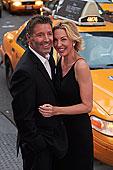 白人,情侣,搂抱,靠近,出租车,纽约,美国