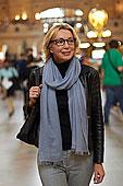 白人女性,走,大中央车站,纽约,美国