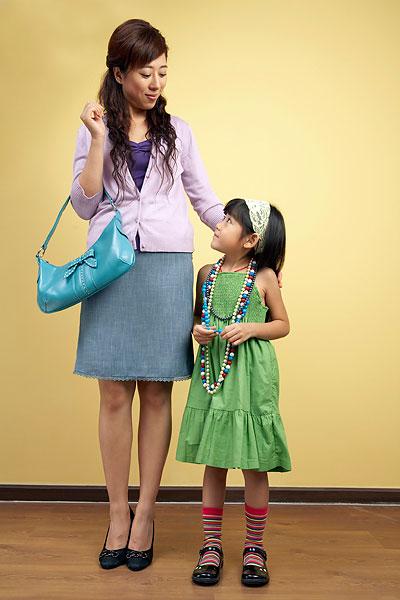 小女孩和妈妈