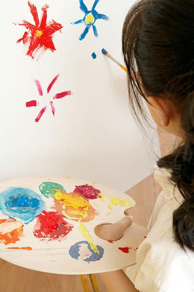 小女孩画画
