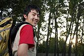 年轻男子在树林中