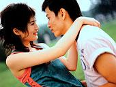 情侣 东方/滑雪快乐年轻人一起看平板电脑尼泊尔帕坦杜巴广场的人们夫妻,...