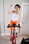 一個女人正在做器械健身運動