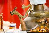 北京东华门小吃街上的龙嘴大茶壶