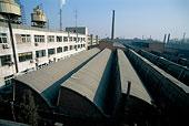 798藝術區有鋸齒性屋頂的工廠內景