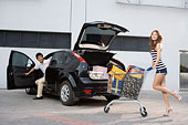一对年轻人开车购物归来