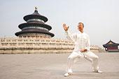 中国武术--一名老者在天坛祈年殿前练太极