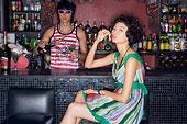 酒吧裏的時尚少女