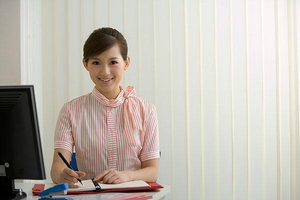 全景图片网:办公室内的职业女性