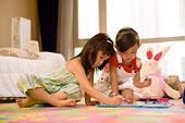 兩個小女孩坐在地板上畫畫