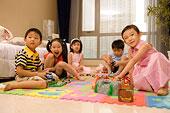 一群孩子在地板上玩玩具