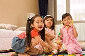 三個一起玩的兒童