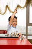 正在玩国际象棋的小孩