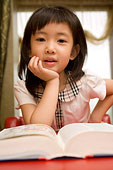 在看書的小女孩