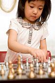 在玩棋的小女孩
