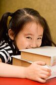 趴在書上的小女孩