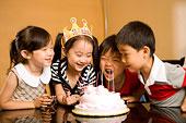 一群小孩在過生日
