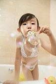 浴室中的小女孩