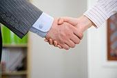 握手的办公室男女