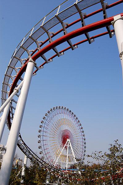 四川成都游乐园内的翻滚列车