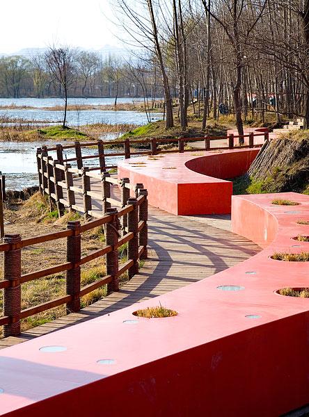秦皇岛园林,绿荫中的红飘带